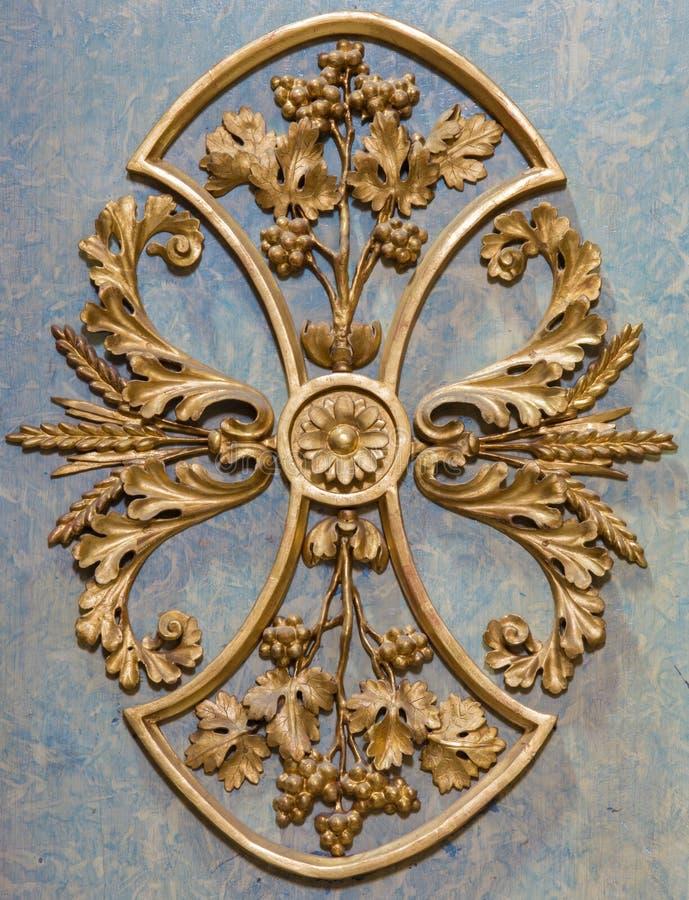 Wien - barock detalj av altaret i sidokapell i den Michaelerkirche eller St Michael kyrkan arkivfoto