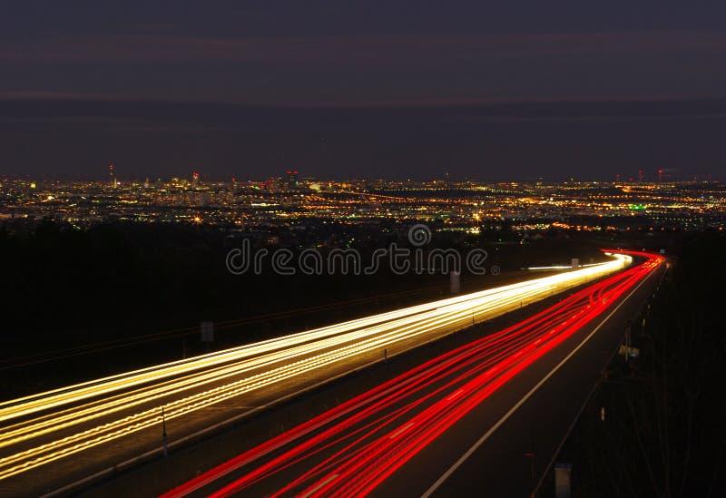 Wien-Datenbahn bis zum Nacht lizenzfreie stockfotografie