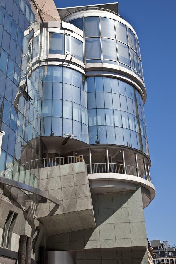 Wien, Fassade des modernen Gebäudes stockbilder