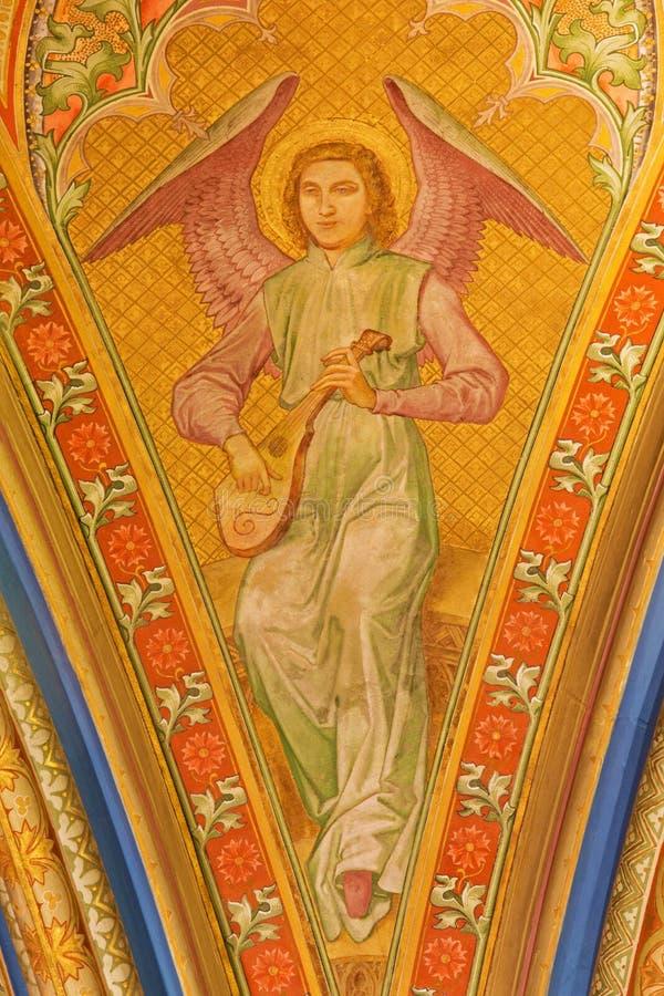 Wien - freskomålning av ängeln med musikinstrumentet från entré av klosterkyrkan i Klosterneuburg royaltyfri foto