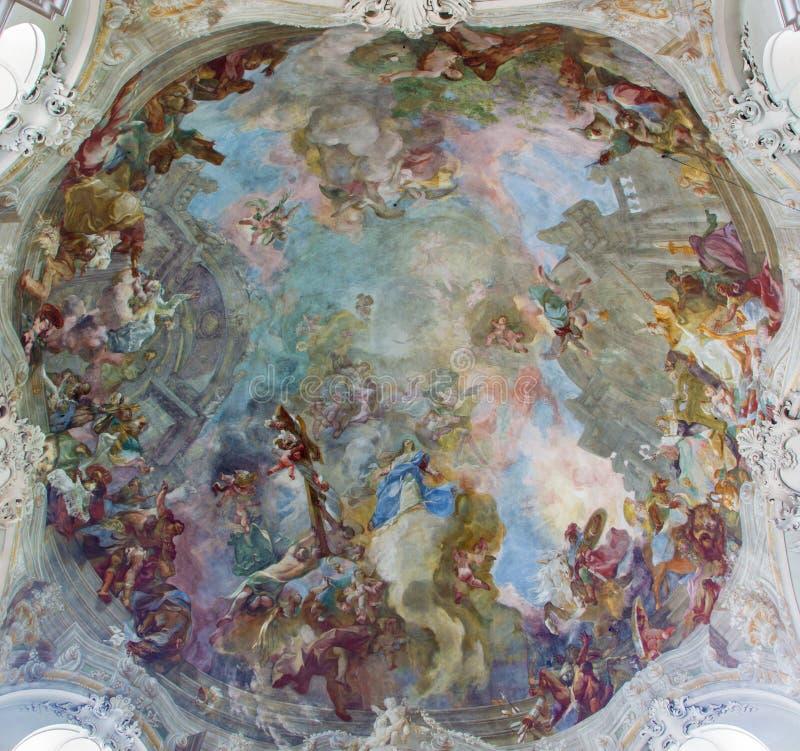 Wien - freskomålning av antagandet av heliga Mary från kupolen av barockkyrkan Maria Treu från året 1752 - 1753 av Franz Anton Mau royaltyfri bild