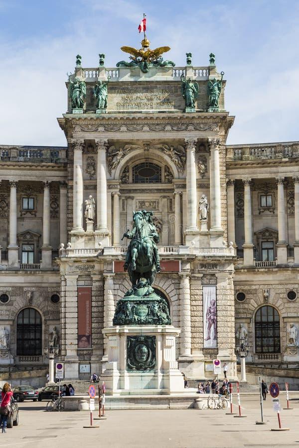 Wien Hofburg som är imperialistisk med skulpturkejsaren Joseph II Prinz royaltyfri foto