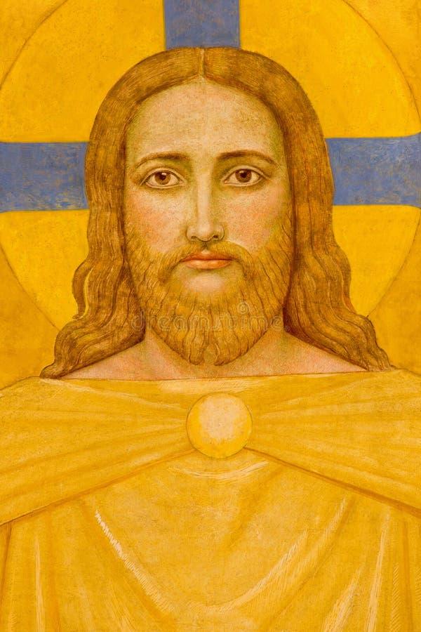 Wien - Jesus Christ freskomålning av P. Verkade (1927) som detaljen från sidoaltaret i den Carmelites kyrkan arkivfoton