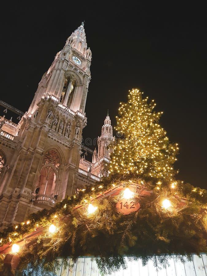 Wien jul marknadsför - Rathausplatz arkivfoton