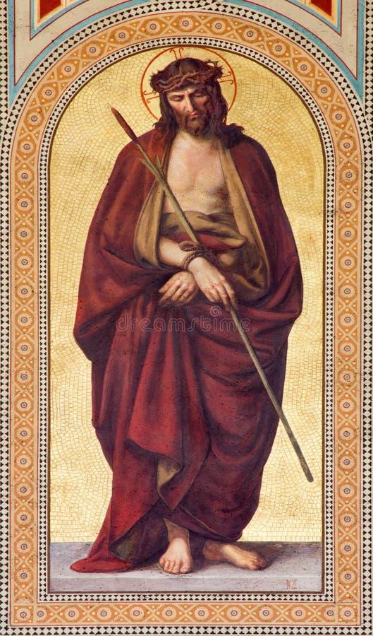 WIEN - JULI 27: Freskomålning av Jesus Christ för Pilatusen i lilalag Ecce Homo vid Carl Mayer från 19 cent royaltyfri fotografi