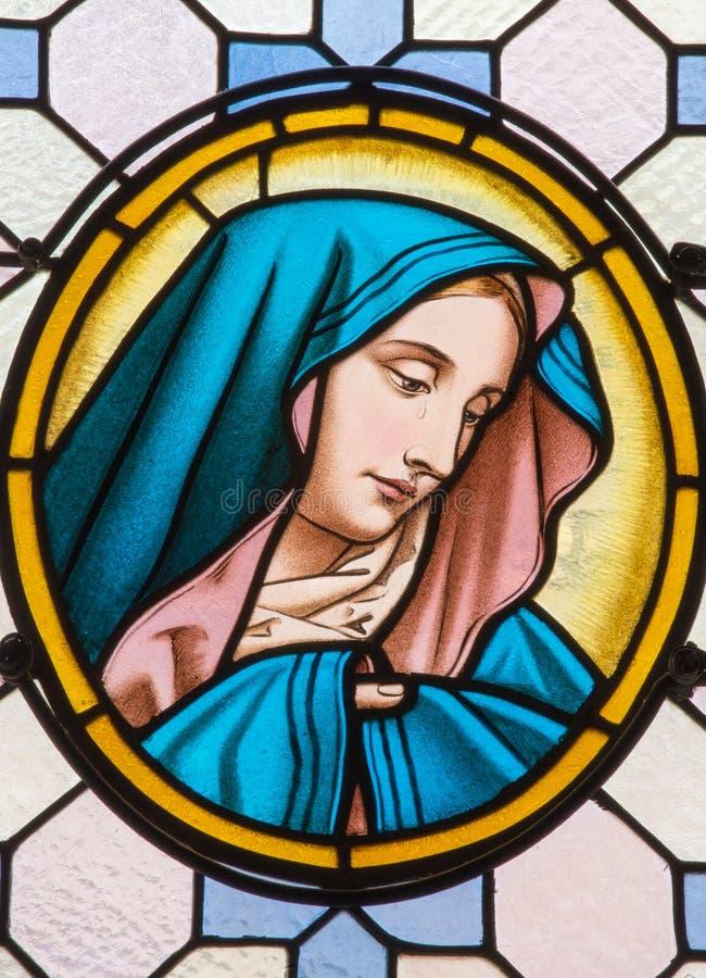 Wien - Jungfrau Maria von der Fensterscheibe in Carmelites-Kirche in Dobling durch Geylings-Arbeitsraum stockbilder