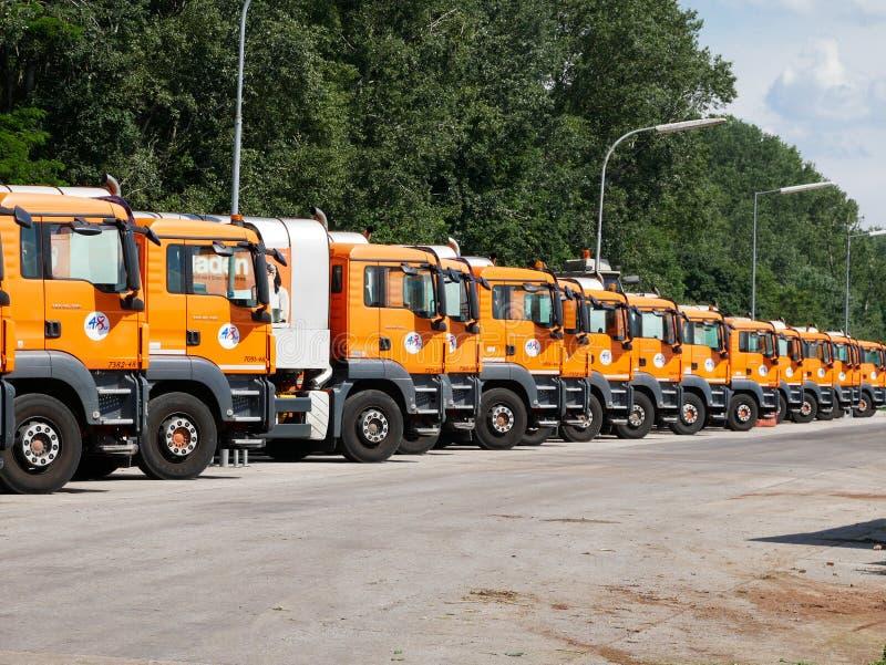 Wien - 5. Juni 2019: Flotte Sammlungs-LKWs des Siedlungsabfällemanagements von Wiens MA48-Abteilung stockbilder