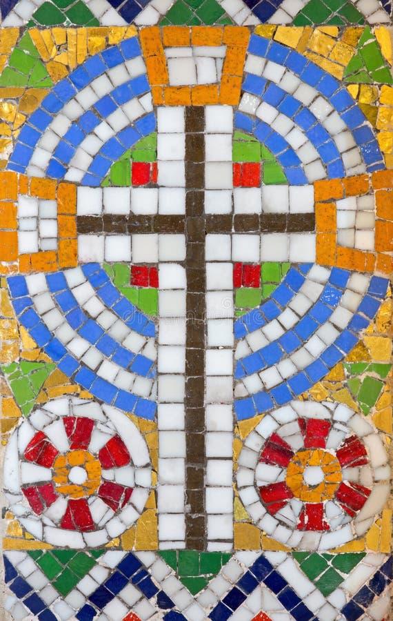 Wien - liten mosaik av korset från sidoaltaret i den Carmelites kyrkan i Dobling arkivbild