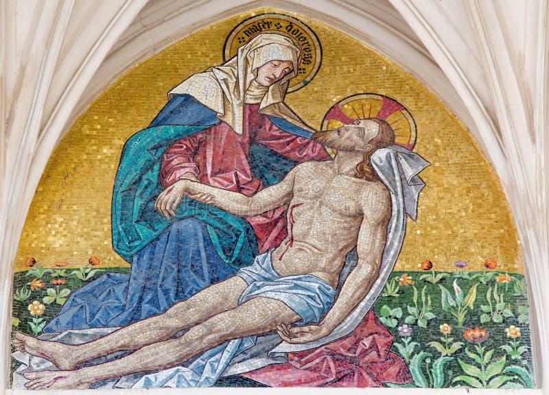 Wien - mosaik av pietaen från huvudsaklig portal av gotiska kyrkliga Maria f.m. Gestade arkivfoton
