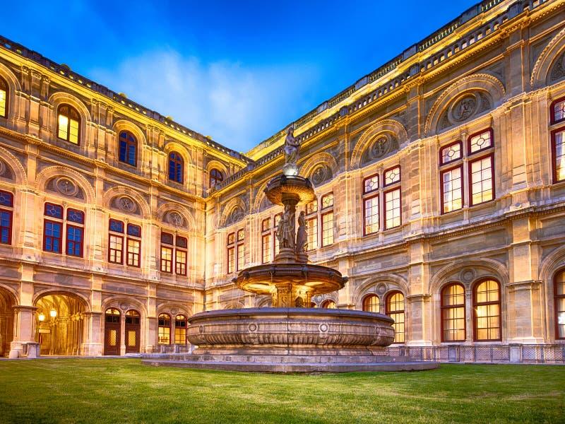 Wien operahusgränsmärke exponerad på natten arkivfoto