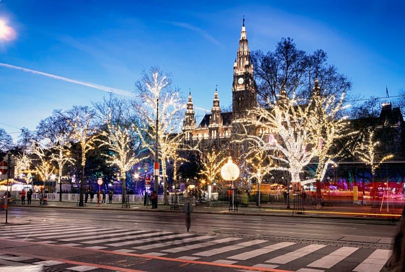 Wien på skymning i jultid arkivfoton