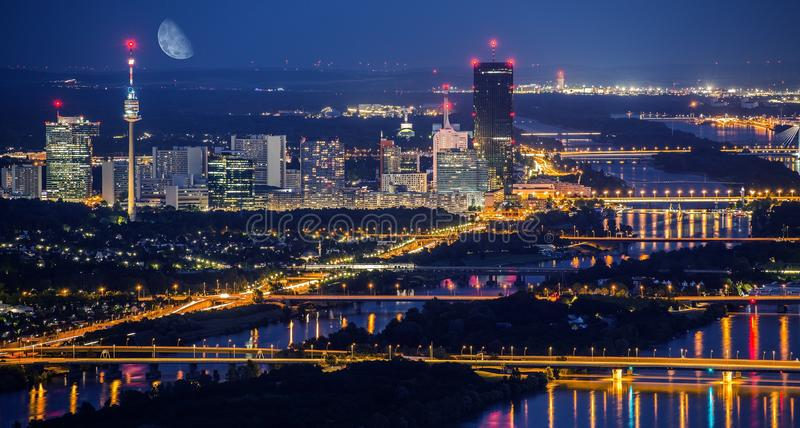 Wien stadshorisont på natten royaltyfria bilder