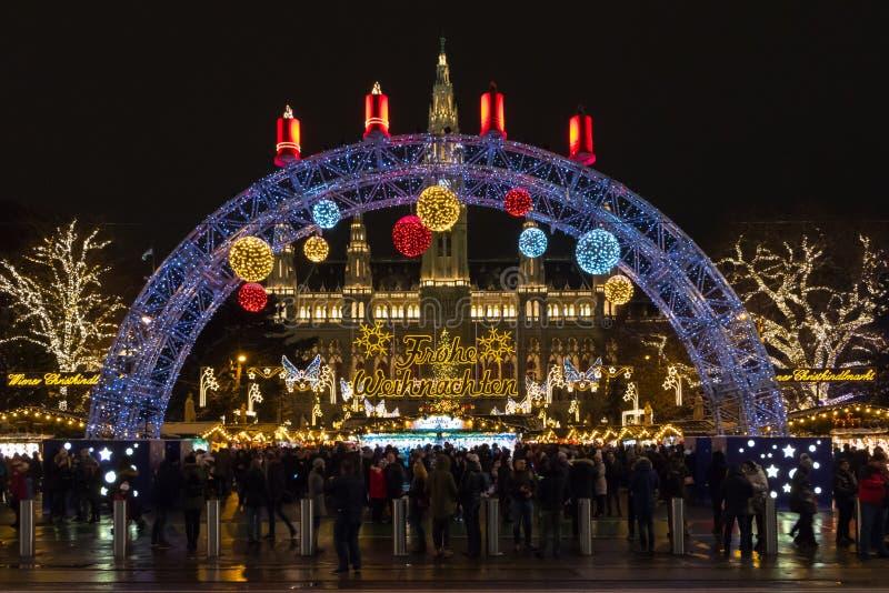 Wien-Stadt-Rathaus nachts während der Weihnachtsmarkt-Zeit stockbild