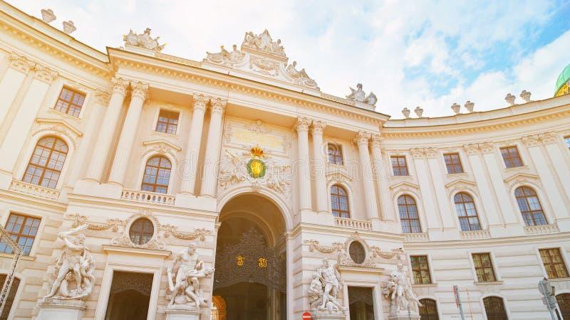 Wien, ?sterreich Hofburg-Palast gesehen von Michaelerplatz, Habsburger-Reichhistorisches wahrzeichen Kaiseraußenfassade in der Mi stockbilder