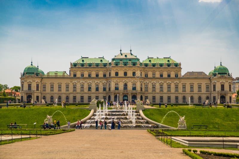 Wien, ?sterreich Oberer Belvedere-Palast mit Reflexion im Wasserbrunnen lizenzfreie stockfotografie