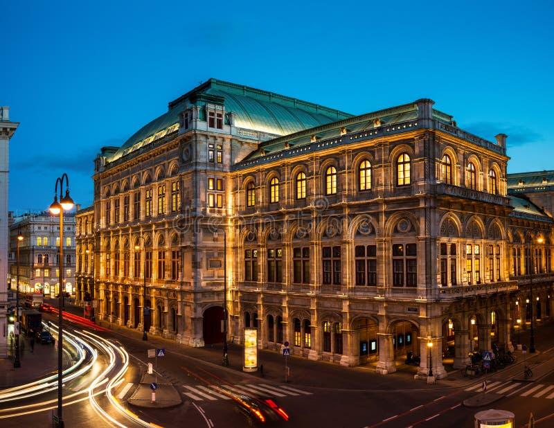 Wien-Zustand-Oper nachts stockfoto