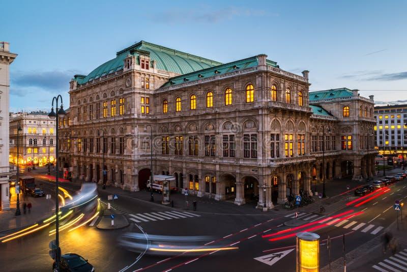 Wien-Zustand-Oper nachts stockfotografie