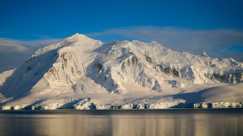 Wiencke ö-/Dorian Bay landskap med snöig berg i Antarktis royaltyfri bild