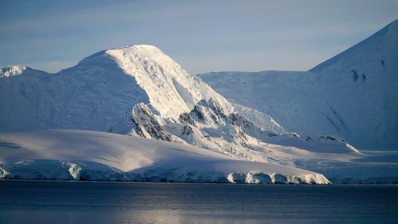 Wiencke ö-/Dorian Bay landskap med snöig berg i Antarktis royaltyfri foto