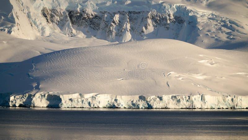 Wiencke ö-/Dorian Bay landskap med snöig berg i Antarktis royaltyfria foton