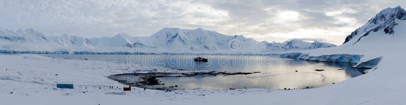 Wiencke ö-/Dorian Bay landskap med snöig berg i Antarktis fotografering för bildbyråer