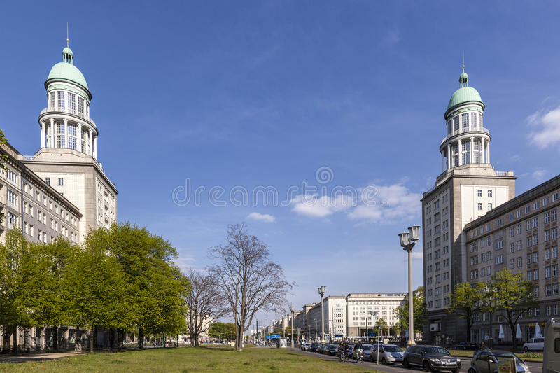 Wienerkorvtoren (den Frankfurt porten) i Berlin royaltyfria foton