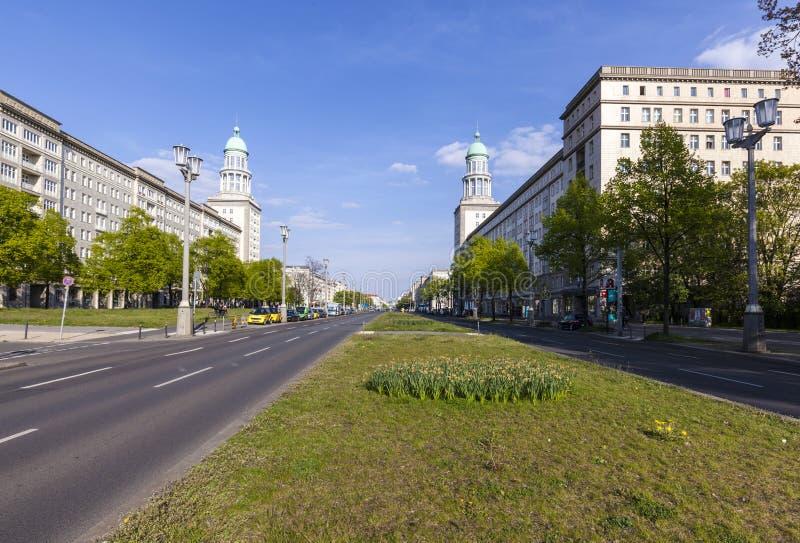 Wienerkorvtoren (den Frankfurt porten) i Berlin royaltyfri fotografi