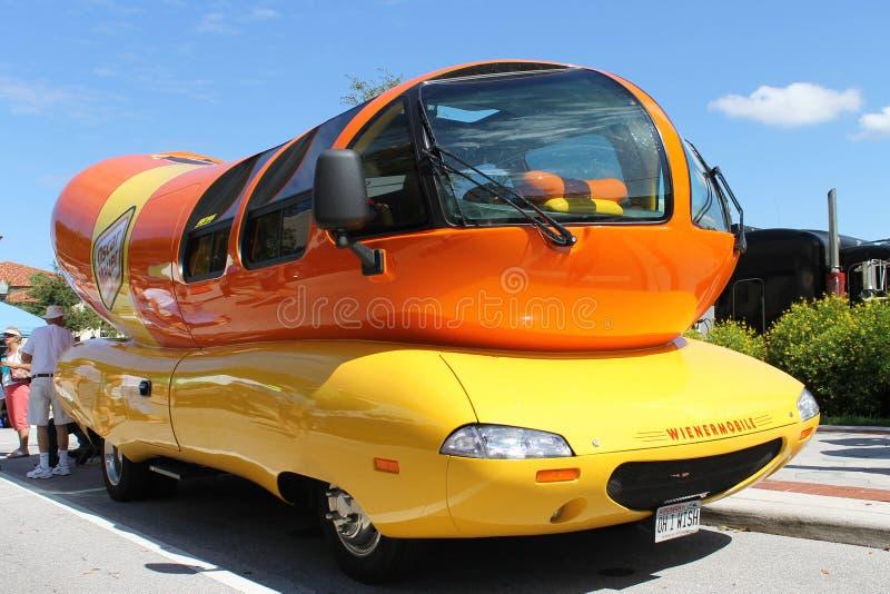 Wienermobile bij de auto toont stock foto