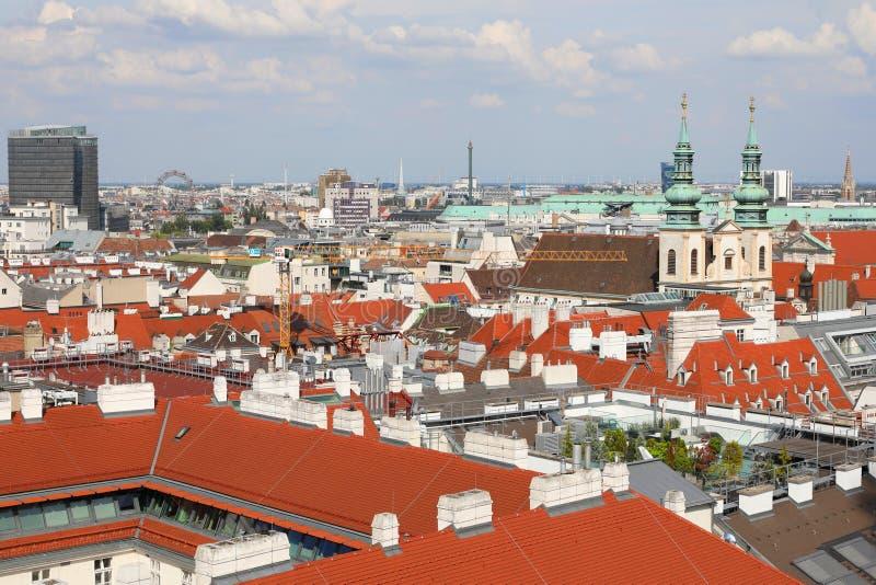 Wiens skylin domineras av jesuitkyrkan och Prater från taket på St Stephen's Cathedral, Wien, Österrike arkivbilder