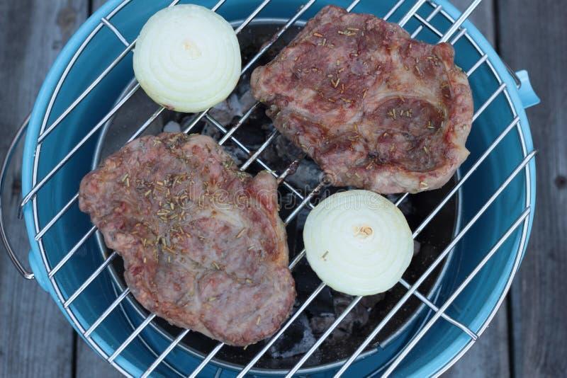 Download Wieprzowin Cutlets Na Grillu Zdjęcie Stock - Obraz złożonej z rozmaryny, cebula: 53783410