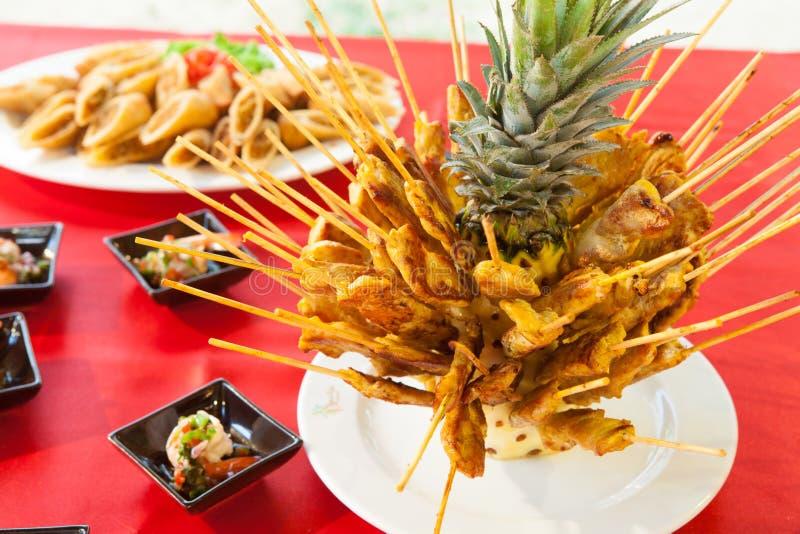 Wieprzowin satays na ananasowym nowym jedzenie stylu obrazy royalty free