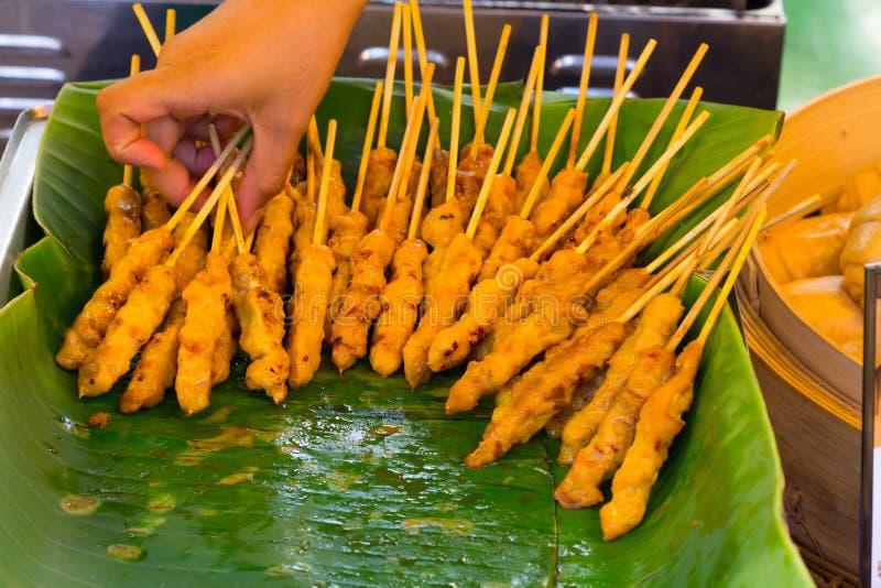 Wieprzowin satays, Piec na grillu wieprzowina, BBQ wieprzowina, Autentyczny Lokalny uliczny Tajlandzki, obraz royalty free
