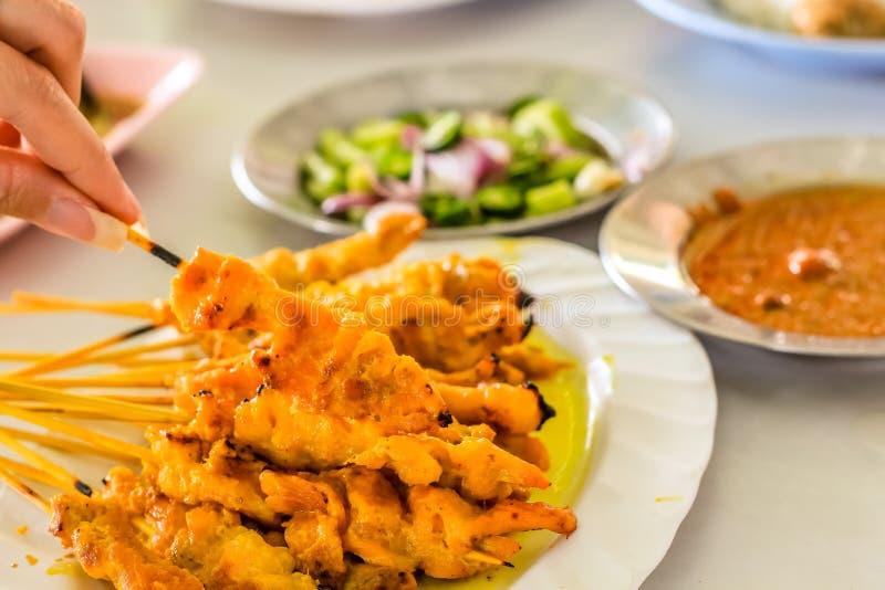 wieprzowin satays z bocznymi naczyniami przygotowywającymi jeść tajlandzkiego styl zdjęcie royalty free