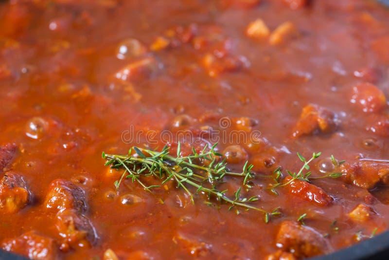 Wieprzowina gulasz z pomidorowym kumberlandem w niecce obraz royalty free