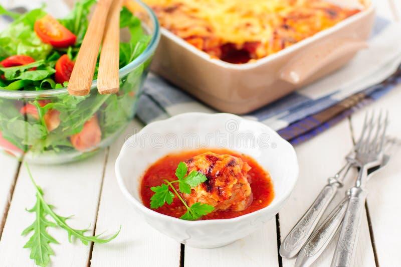 Wieprzowina klopsiki piec z Pomidorowym kumberlandem i serem zdjęcie royalty free