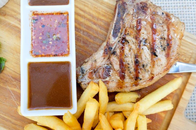 Wieprzowina kotlecika stku BBQ piec na grillu z grulą smażącą fotografia royalty free