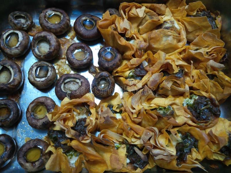 Download Wieprzowina Posiłek Na Talerzu Z Chleba I Warzyw Tartlets Zdjęcie Stock - Obraz złożonej z gorący, chleb: 106911600