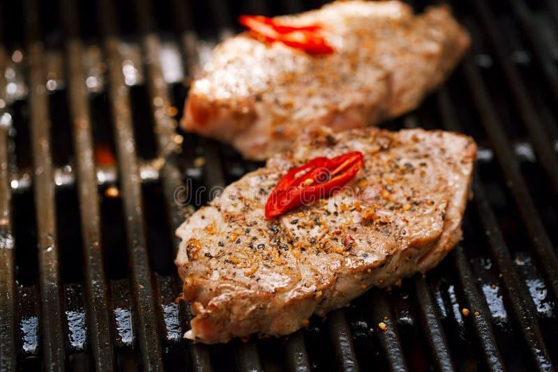 Wieprzowina stek na bbq grillu z płomieniem obraz royalty free