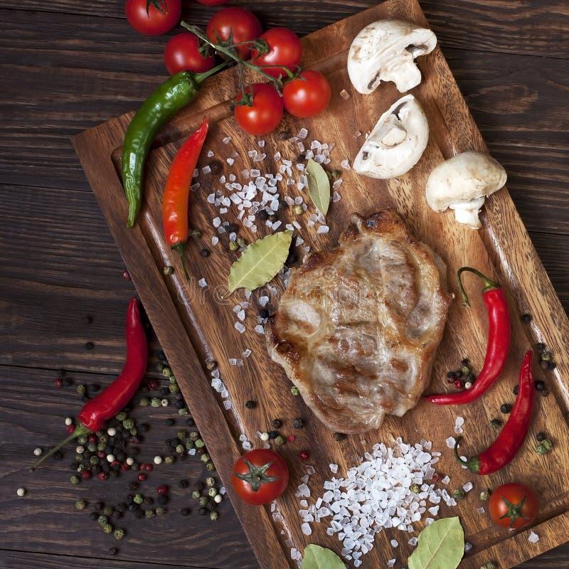 Download Wieprzowina Stek Na Drewnianym Stole Zdjęcie Stock - Obraz złożonej z gotujący, kuchnia: 53775518