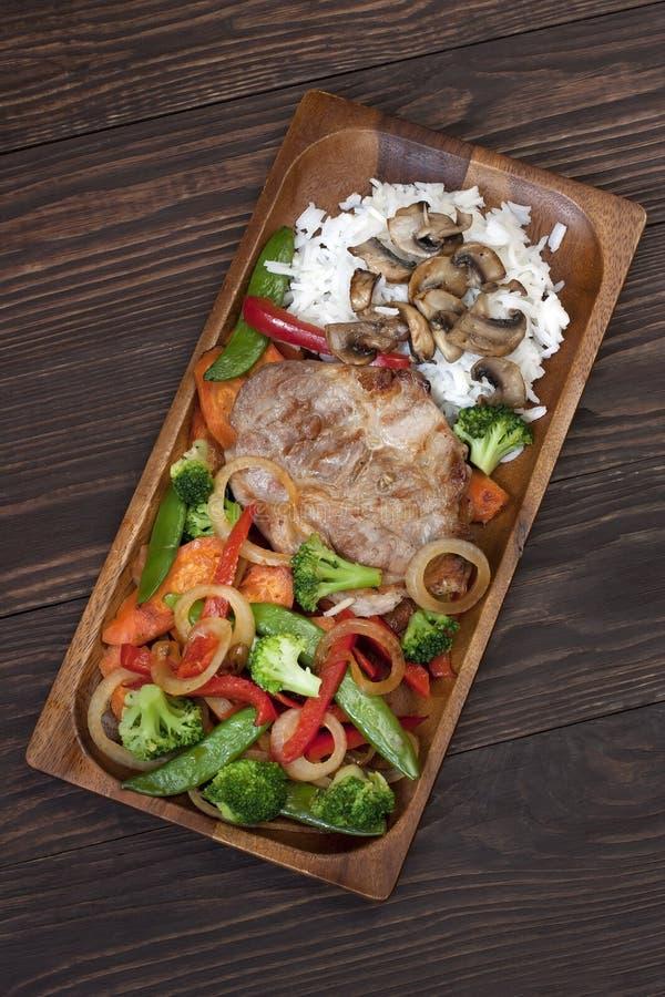 Download Wieprzowina Stek Na Drewnianym Stole Obraz Stock - Obraz złożonej z składnik, apetyczny: 53775895