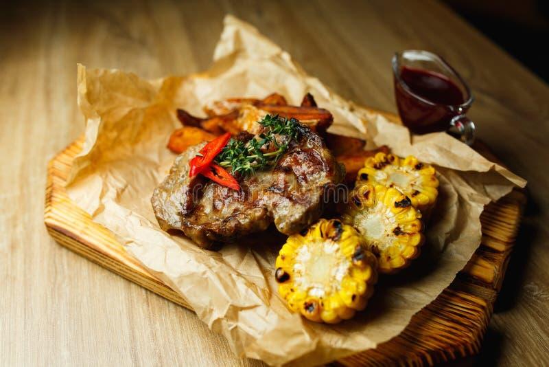 Wieprzowina stek z piec na grillu grulami w creole i kukurudz? zdjęcia royalty free