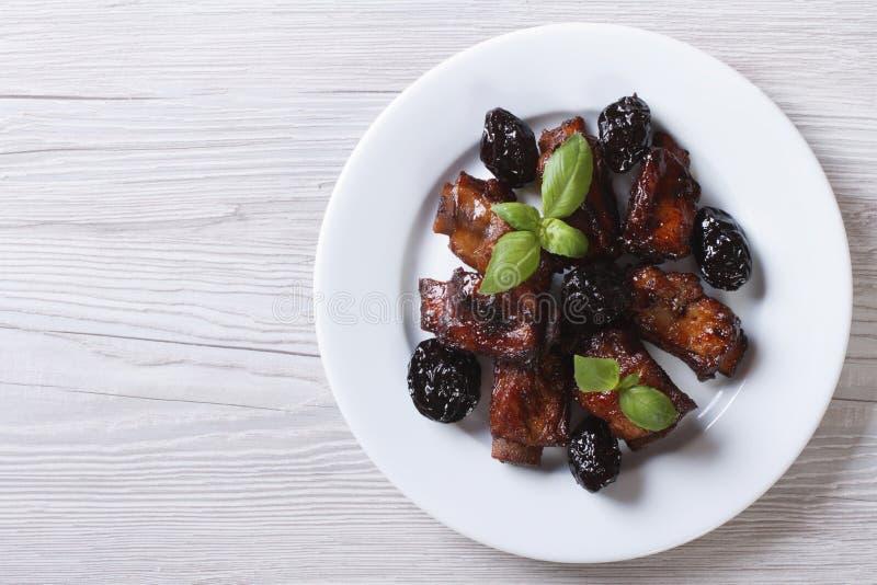 Wieprzowina ziobro stewed z przycinają na talerzu horyzontalny odgórny widok obraz stock