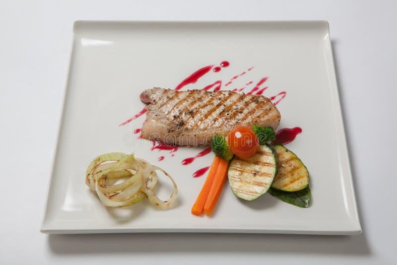 Wieprzowiny średni rzadki z bocznym naczyniem piec na grillu zucchini doprawiał cranberry kumberland fotografia stock