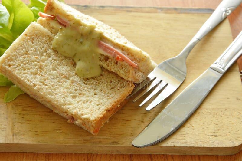 Wieprzowiny bologna cała pszeniczna kanapka z rozwidleniem i nóż na drewnianym kotlecika bloku zdjęcia stock