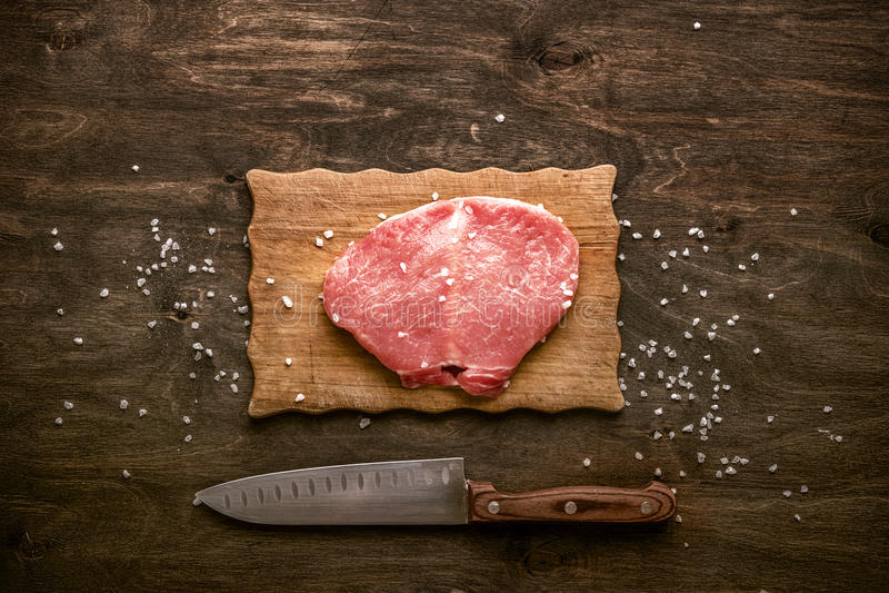 Wieprzowiny cutlet Kawałek przygotowywający dla przygotowania z spic surowy mięso zdjęcie stock