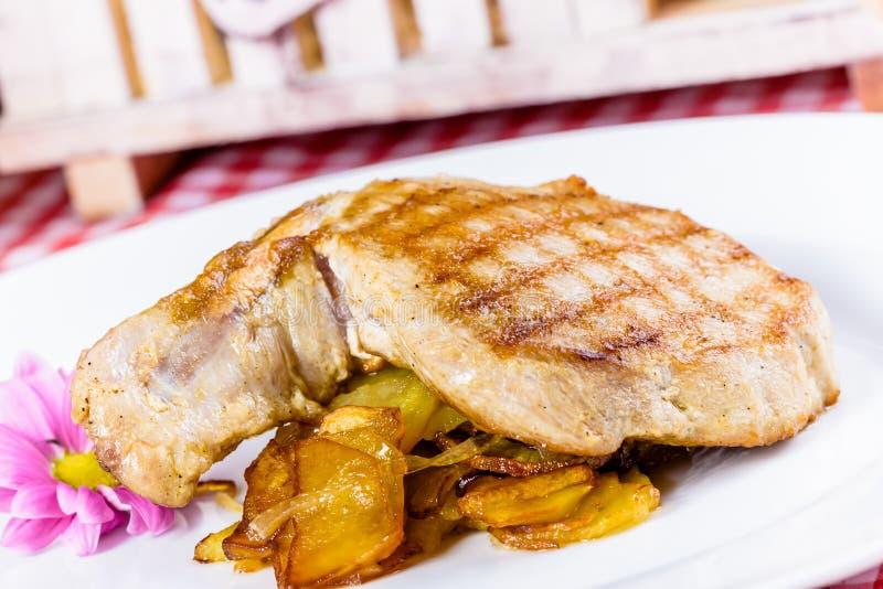 Wieprzowiny loin z smażącą cebulą i grulą zdjęcia royalty free