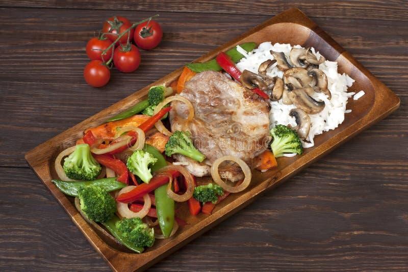 Download Wieprzowiny Mięso Piec Na Grillu Z świeżym Warzywem Na Talerzu Zdjęcie Stock - Obraz złożonej z liść, czule: 53775882