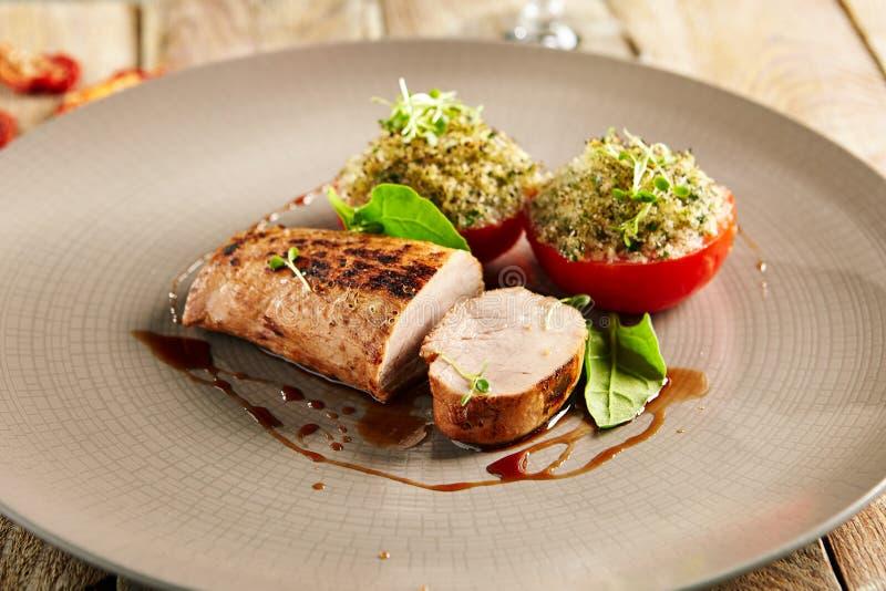 Wieprzowiny Tenderloin z Faszerującym basilem i pomidorem zdjęcie royalty free