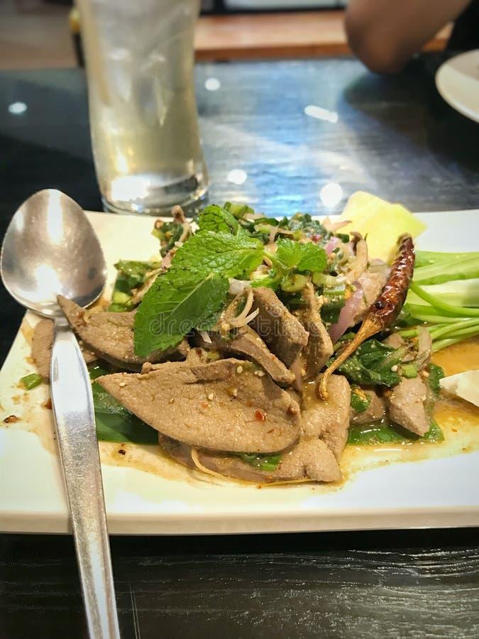 Wieprzowiny wątrobowa korzenna sałatka w Tajlandzkiej Północnej restauraci fotografia royalty free
