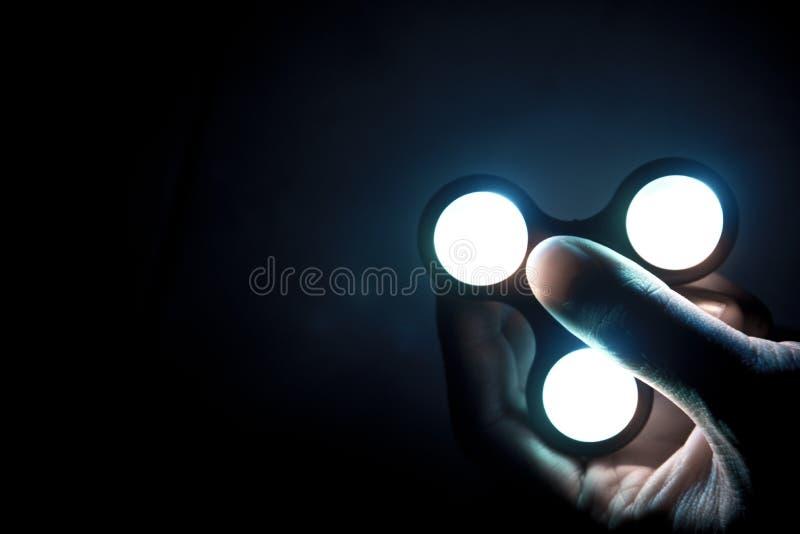 Wiercipięty kądziołka zabawka z neonowym światłem lub plastikowi pomaga ludzie kłopot którym z składamy się łożysko kulkowe robić zdjęcie royalty free
